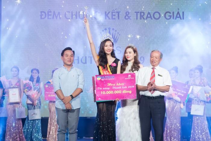 NTK Việt Hùng (trái) trao giải Miss Hutech 2019 cho Hoa khôi Nguyễn Thị Thanh Khoa