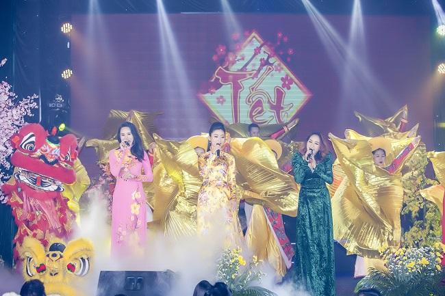 Lý Khả Di cùng với các hoa hậu, á hậu hát mở màn cho chương trình Gala Xuân Doanh Nnha6n Tết Việt