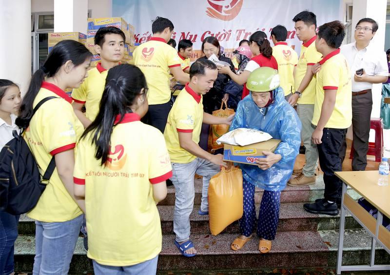 Các nghệ sĩ và tình nguyện viên trao quà tại Quảng Ngãi