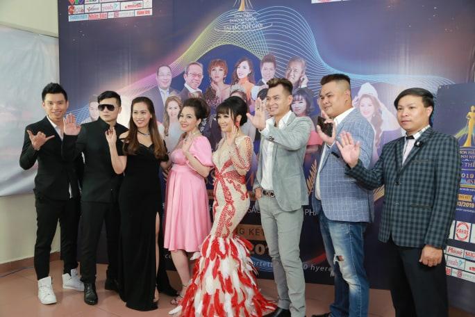 Các khách mời đến chúc mừng và chụp ảnh lưu niệm với BTC