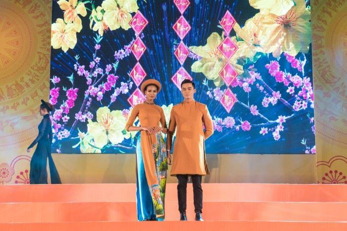 Á hậu Siêu mẫu Thế giới 2018 H'Ăng Niê và Á quân Người mẫu Thời trang Việt Nam 2018 Vũ Linh