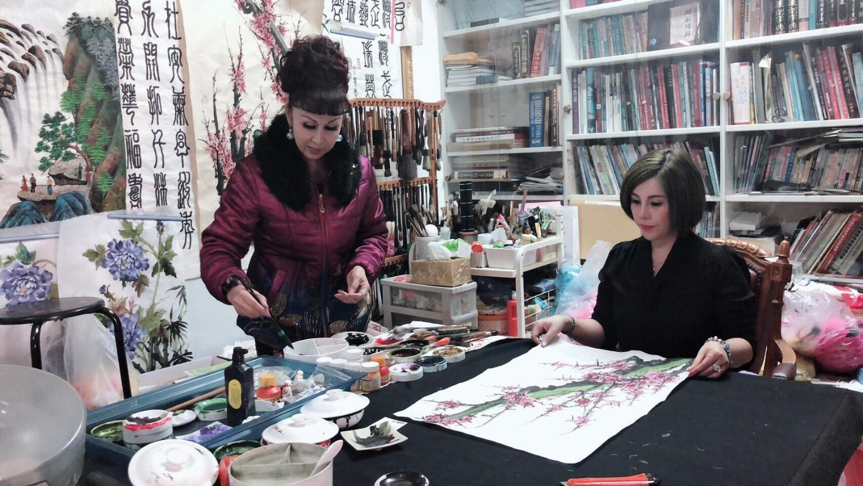 Hoa hậu Châu Mai Thảo (phải) học vẽ tranh