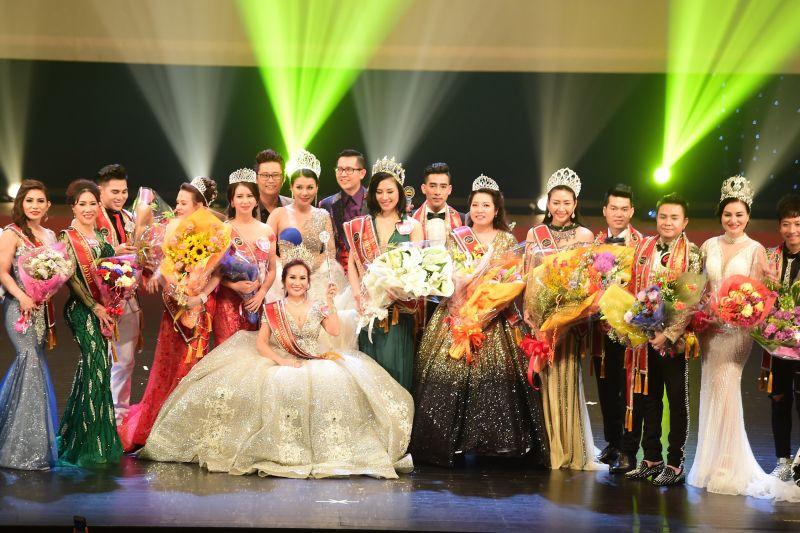 Các hoa hậu và nam vương chụp ảnh lưu niệm với BTC và BGK