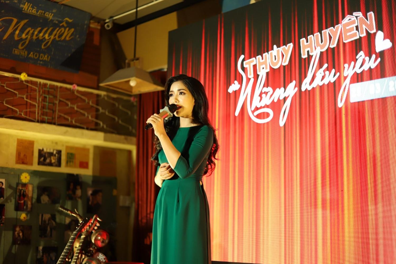 Ca sĩ Thúy Huyền chia sẻ cảm xúc tại minishow