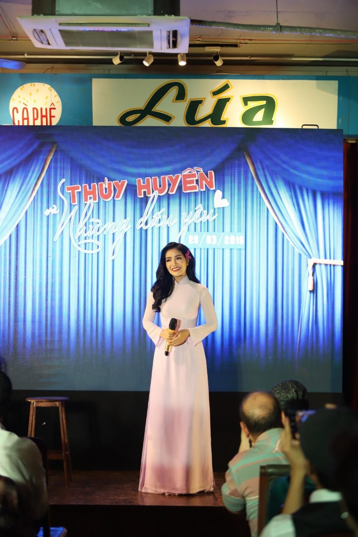 Ca sĩ Thúy Huyền chia sẻ cảm xúc tại minishow 03