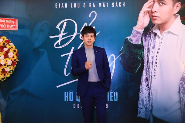 Hồ Quang Hiếu trong buổi ra mắt hồi ký 'Đổi thay' của mình