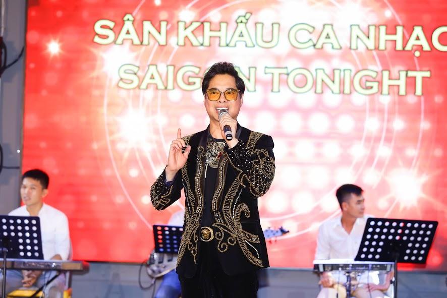 Danh ca Ngọc Sơn khen sân khấu Saigon Tonight đẹp và âm thanh rất hay