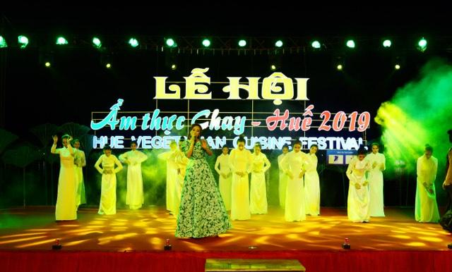 Hoa hậu Nguyễn Lan Vy vừa hát vừa giới thiệu BST Áo dài của mình