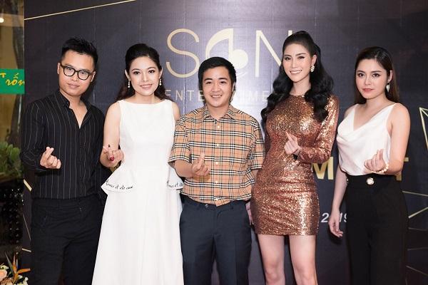 Á hậu Huỳnh Hạnh (thứ 2 từ phải sang) cùng NSX Kim Thanh Thảo (thứ 2 từ trái sang) đến chúc mừng nhà báo Cao Huy (giữa) ra mắt Công ty SON Entertainment