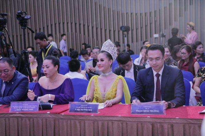 Á hậu Huỳnh Mai xinh đẹp trên ghế nóng Hoa hậu Doanh nhân Hoàn Cầu 2019