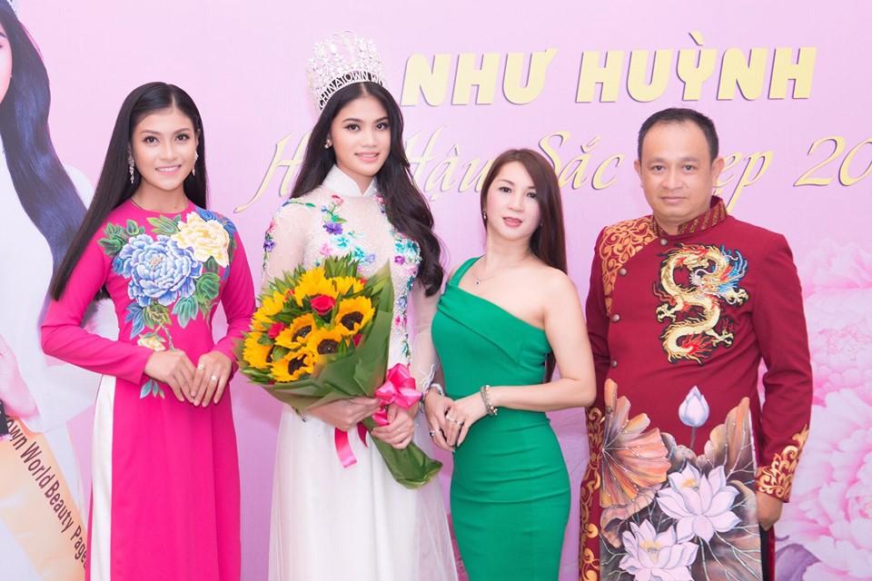 Hoa hậu Như Huỳnh và Á hậu Quý bà Tuyết Mai (áo xanh) và NTK Nguyễn Tuấn