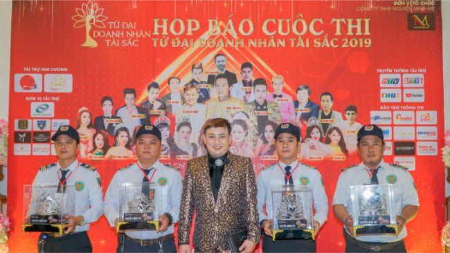 Đạo diễn Nguyễn Minh cùng với 4 vương miện sẽ trao cho Tứ Đại Doanh Nhân Tài Sắc 2019