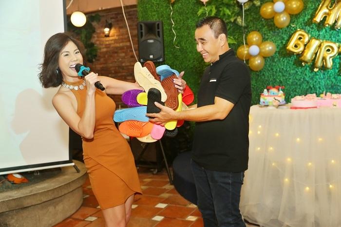 Hồ Lệ Thu tặng quà sinh nhật đặc biệt cho MC Quyền Linh