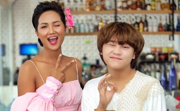 Hoa hậu H'Hen Niê và Thiên Khôi hài hước tạo dáng