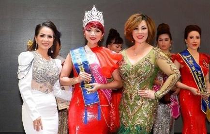 Hoa hậu Châu Mai Thảo (phải) trao danh hiệu cho tân Mrs Vietnam International 2019 Nguyện Mai Trinh