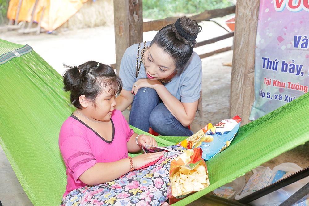 Á hậu Trịnh Kim Chi hỗ trợ bé Như Ý đến bệnh viện tđiều trị bệnh