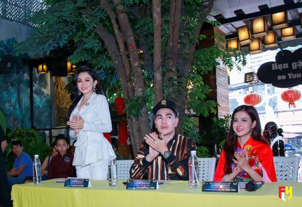 Á hậu Thanh Huyền (trái) luôn là tâm điểm khi góp ý với thí sinh