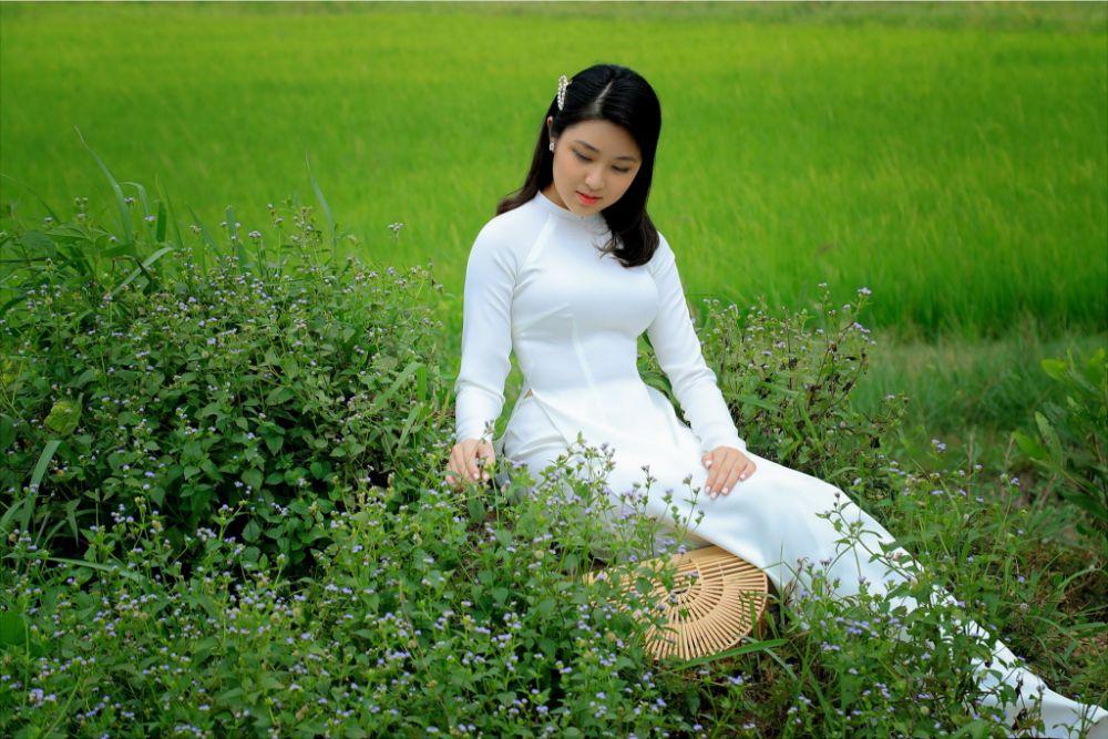 Đại sứ áo dài Bảo Nguyên diện áo dài trắng tinh khiết của NTK Việt Hùng