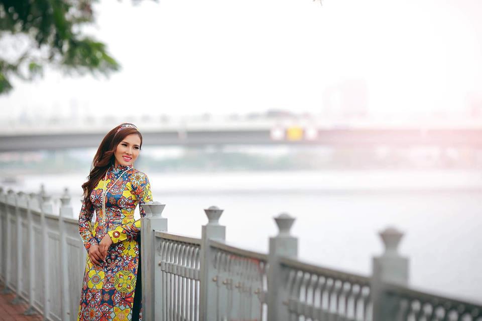 Ca sĩ Hoàng Linh trong trang phục áo dài phong cách Cô Ba Sài Gòn