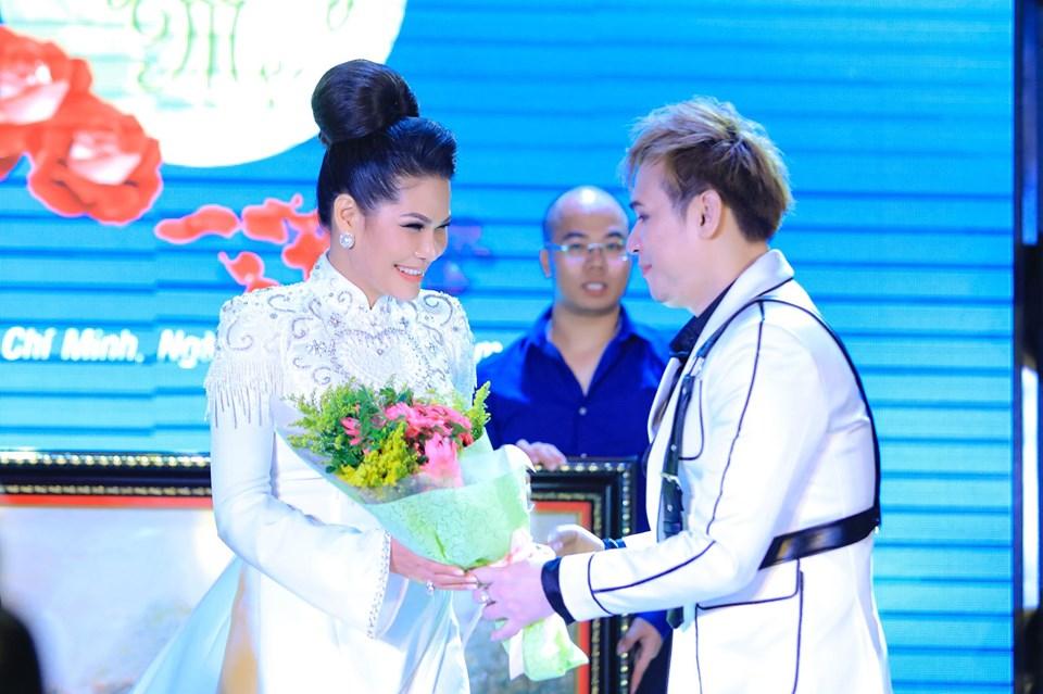 Ca sĩ Nguyên Vũ tặng hoa cám ơn hoa khôi Hoàng Hương