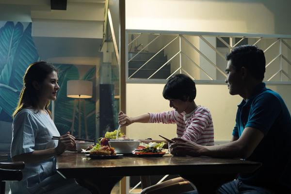 Cảnh trong MV Nhớ cha con đợi trong mơ của ca sĩ Hồ Quang Hiếu