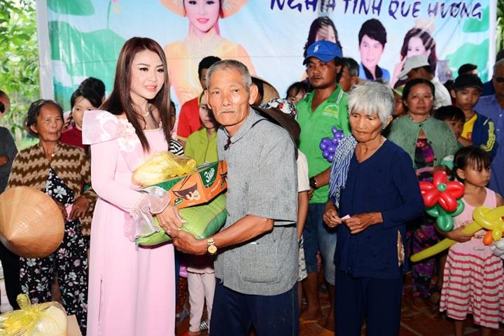 Hoa hậu Lê Khánh Tiên phát quà từ thiện cho bà con nghèo quê hương cô