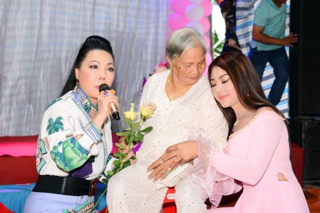 Hoa hậu Lê Khánh Tiên xúc động bên mẹ khi nghe NSƯT Cẩm Tiên hát bài hát về mẹ