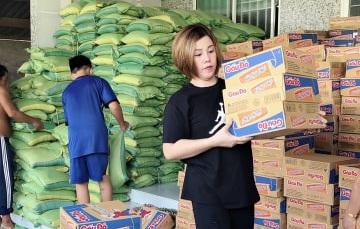 Hoa hậu Châu Mai Thảo giản dị phát quà cho bà con nghèo