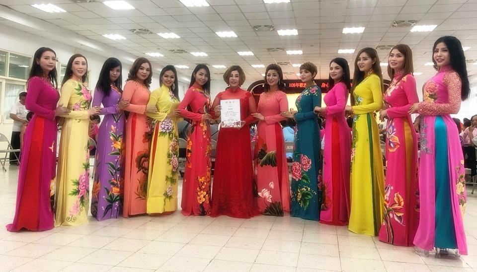 Hoa hậu Châu Mai Thảo cùng tấm bằng cám ơn của BTC và các người đẹp tr4ong trang phục Áo dài Châu  Mai Thảo