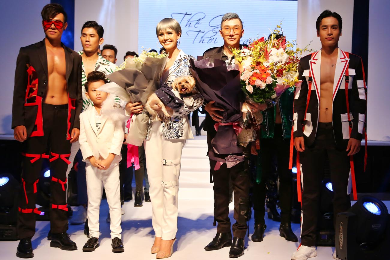 Nam Phong nhận hoa chúc mừng sau khi ra mắt BST mới