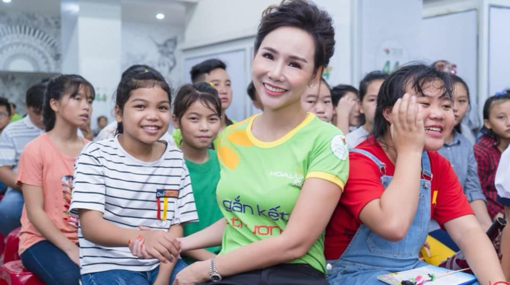 Đại sứ Áo dài Trương An Xinh trao yêu thương cho trẻ em bất hạnh