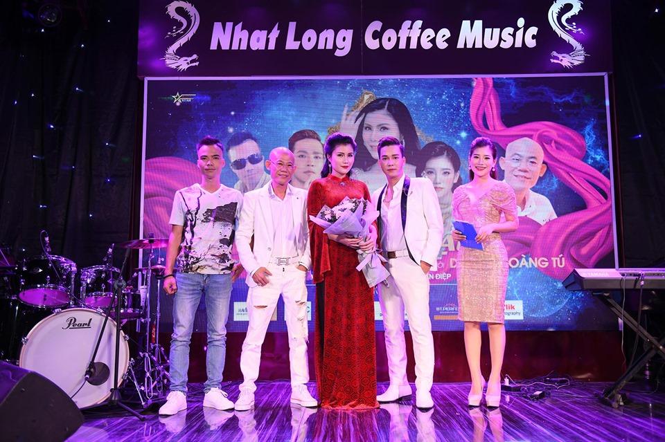 Những khách mời trong Minishow Phương Nhạc (từ trái sang): Vua nhạc chế Tuấn Phạm, Quất Già, ca sĩ Phương Nhạc, ca sĩ Hoàng Anh Tú, MC Trang Anh