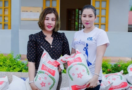 Hai chị em hoa hậu Châu Mai Thảo (trái) và Châu Phương Thảo tham gia chương thiện nguyện tại Thanh Hóa