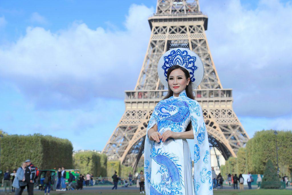 Hoa hậu Nguyễn Lan Vy khoe áo dài truyền thống dưới tháp Eiffel, Paris