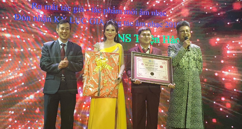 Ông Dương Duy Lâm Viên - Tổng thư ký TW Hội Kỷ lục gia Việt Nam, Giám đốc điều hành VIETKINGS (ngoài cùng bên trái) công bố và trao bằng Kỷ lục đến nhạc sĩ Thiện Hảo