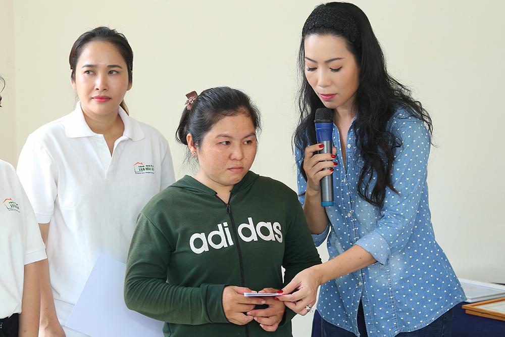NSƯT Trịnh Kim Chi xúc động khi trao nhà tình thương cho bé có hoàn cảnh đặc biệt