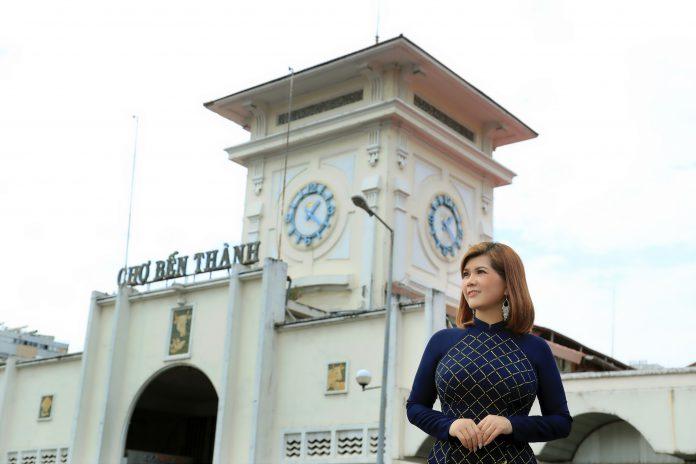 Á hậu Phạm Kiều Oanh trước chợ Bến Thành