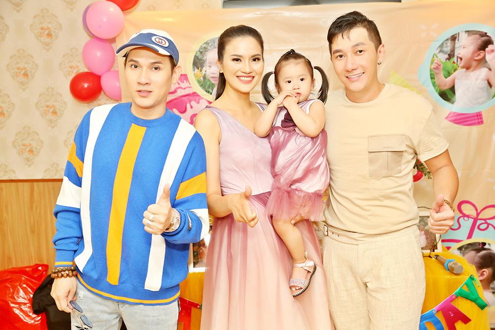 Siêu mẫu Lê Thị Phương cùng con gái chụp kỷ niệm với ca sĩ Nguyên Vũ và Nam Phong