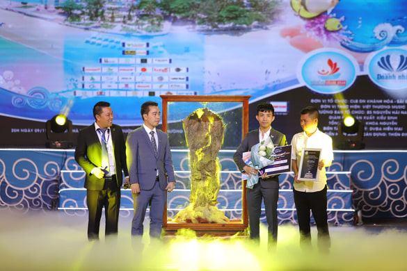 BTC chúc mừng Phạm Trần Nhật Minh, Phó TGĐ Công ty TNHH Nhựa Long Thành, đấu giá thành công Gốc Trầm Hương quý trong chương trình Quê hương biển gọi