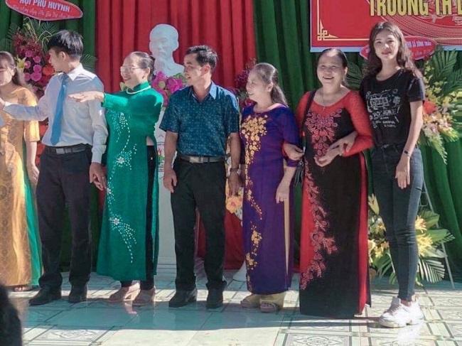 Hoa hậu Khưu Hoàng Tuyết Nhung rạng rỡ cùng các thầy cô chúc mừng Ngày Nhà giáo VN