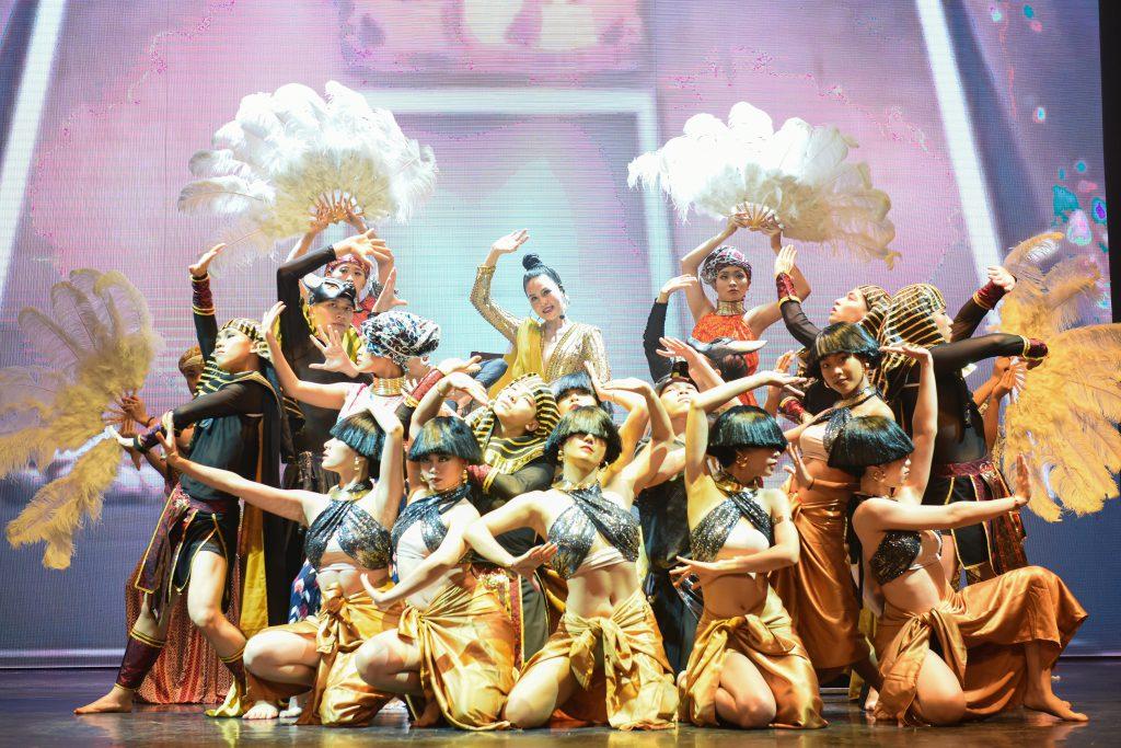 Ca sĩ Nhật Huyền và vũ đoàn