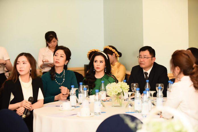 Hoa hậu Đỗ Thị Thảo (cầm mic) trở thành phiên dịch bất đắc dĩ