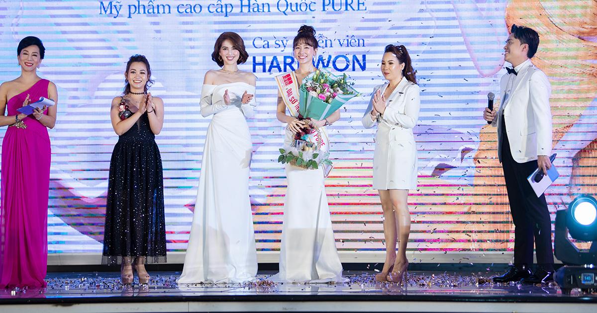 Ngọc Trinh tặng hoa chúc mừng Hari Won