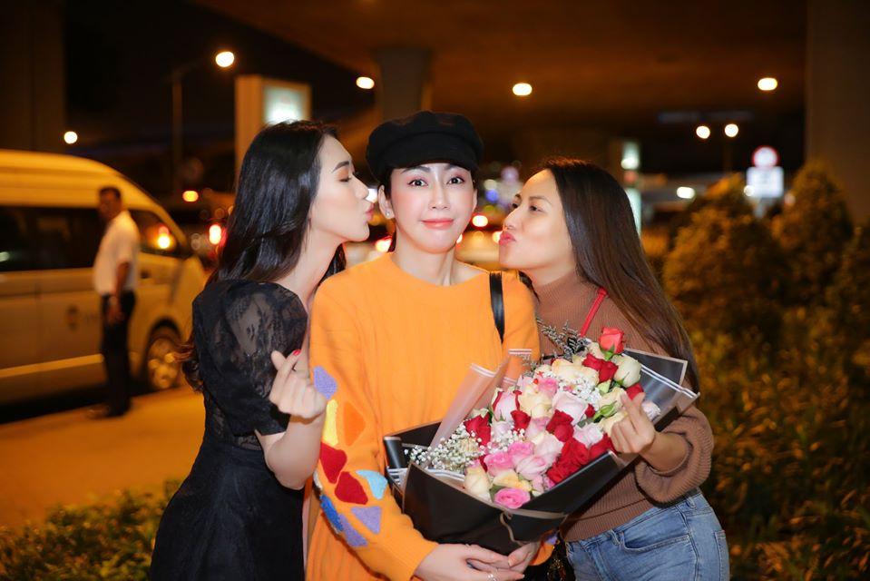 NTK Võ Nhật Phượng được bạn bè chào đón tại sân bay