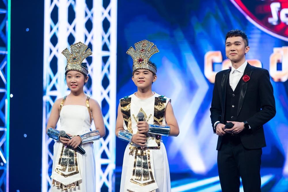Bé Ngọc Giàu và Văn Minh trong tiết mục Lời ru Âu Lạc mở đầu cho tập 8 Tuyệt định song ca - Cặp đôi vàng nhí 2020