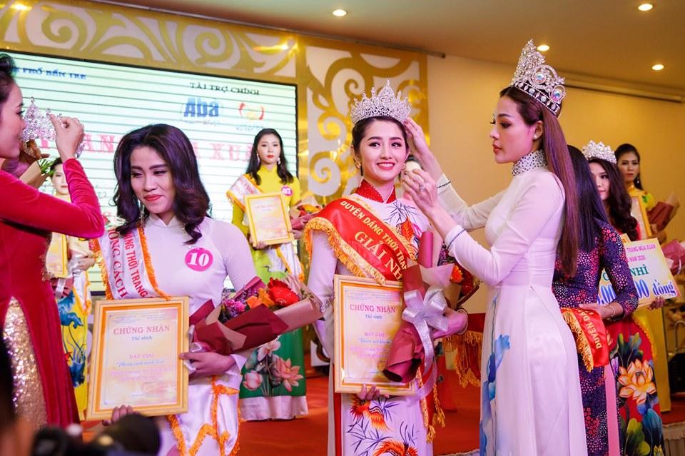 Hoa hậu Sắc đẹp Toàn cầu Phương Hà trao vương miện cho thí sinh đoạt giải I bảng B
