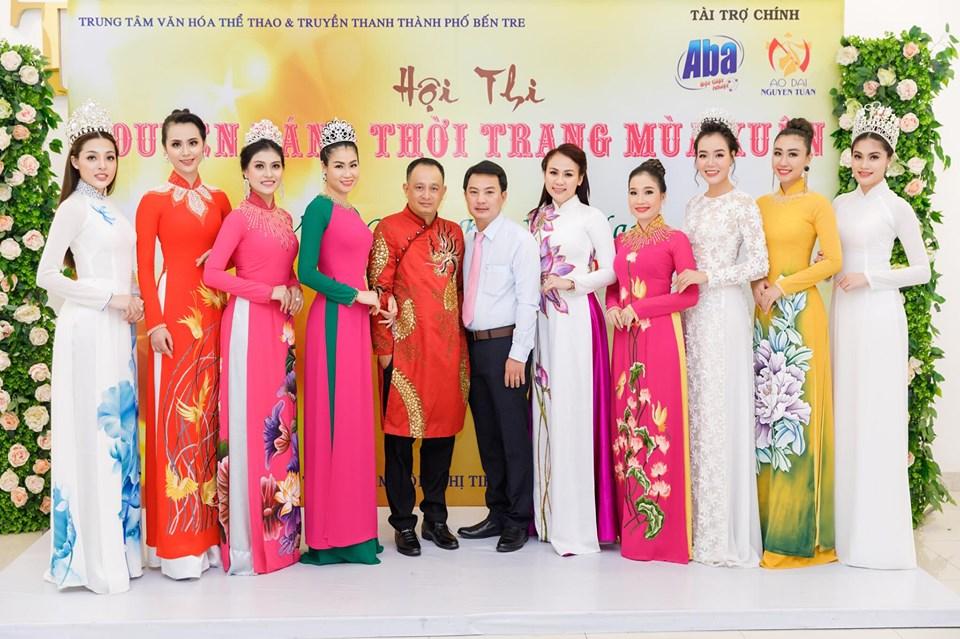 NTK Nguyễn Tuấn và Ông Phan Văn Hải - Giám đốc Trung tâm Văn hóa - Thể thao và Phát thanh TP Bến Tre (Trưởng Ban tổ chức hội thi) cùng các người đẹp tron Ban giám khảo
