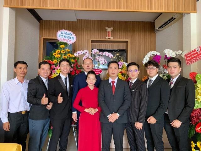 Giám đốc trẻ Đỗ Hoàng Khanh và đội ngũ nhân viên của HK Tourist