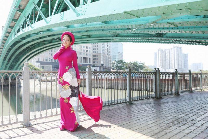 Nghệ sỹ Hài Thúy Nga diện áo dài Việt Hùng, duyên dáng bên cây cầu xưa nhất Sài Gòn