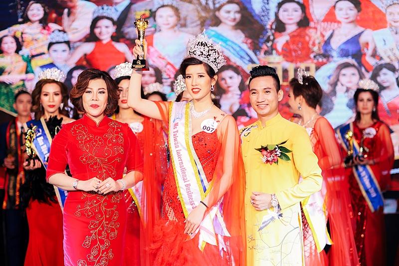 Hoa hậu Châu Mai Thảo trao giải cho Hoa hậu Doanh nhân Quốc tế Taiwan 2019 hạng mục Miss Hán Thị Thanh Tâm